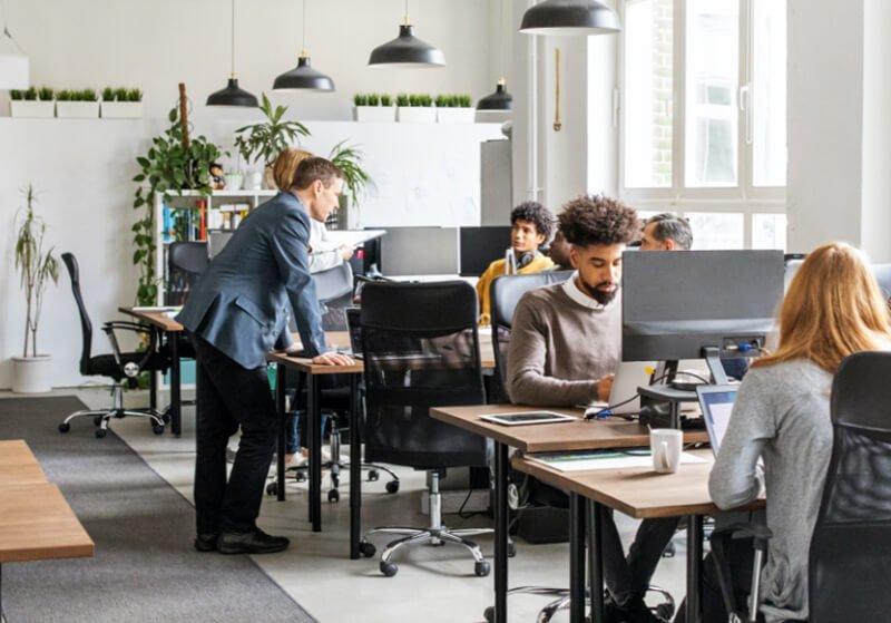 Oficina de lesterius con empleados trabajando